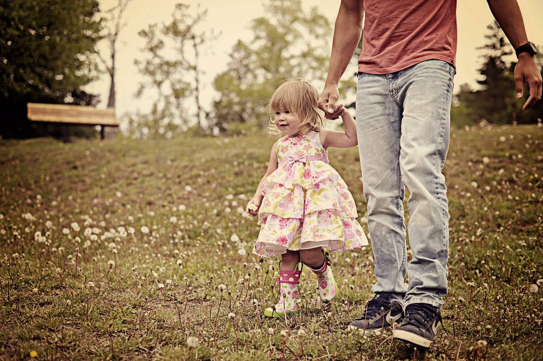 5 commitments of a great father: Dad holding his little girl's hand, walking